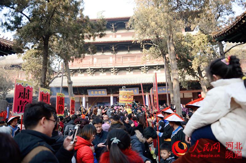 """河北正定:春节有礼有""""红包"""" 古城庙会迎客来"""
