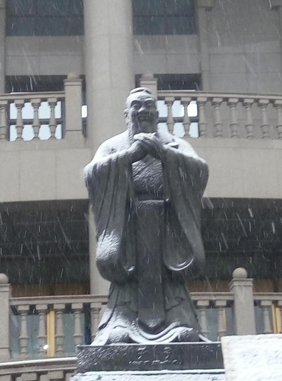 在东侧长廊内见到孔子雕像