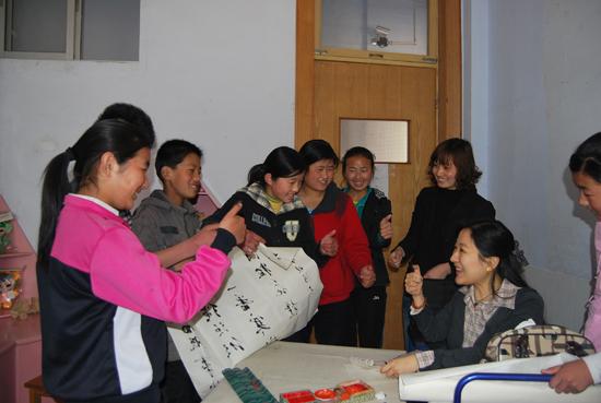 刘晓清和聋哑学校的孩子在一起谈论书法