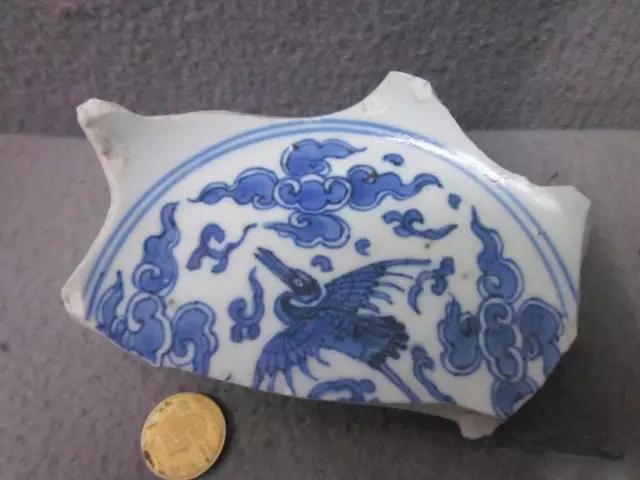 古代陶瓷的纹饰,反映出中国历史悠久的陶瓷文化,瓷器上的纹饰图案的文化是丰富多彩的,值得文学家去探讨研究,释其文化寓言,既有趋吉避凶的吉祥,不同的纹饰有其独有的韵味,也有对生活美好的憧憬。     古代陶瓷的纹饰之婴戏纹   所谓婴戏,即以婴儿为画面的主角,描写儿童钓鱼、玩鸟,蹴球、赶鸭、放鹌鹑、抽陀螺、攀树折花等种种活动,着墨不多而情趣盎然。    古代陶瓷的纹饰之渔家乐图   渔家乐图案在康熙瓷器上大量出现。有渔夫们边捕鱼边交谈的画面,有渔舟唱晚、渔翁举杯共庆丰收的画面等等,均为表现渔家劳动欢快的