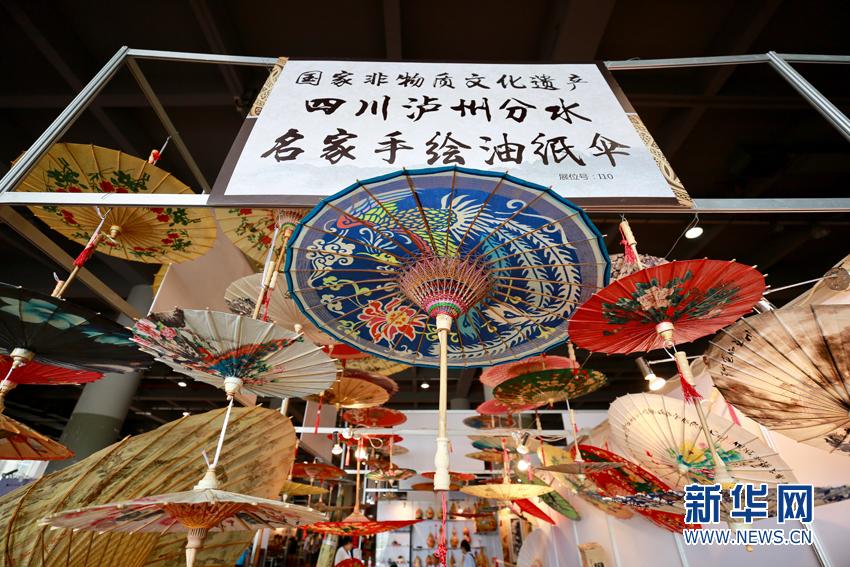 2017年中国(广东)民间工艺博览会上展示的四川泸州分水名家手绘油纸伞