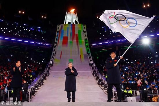 中国体育代表团在本届冬奥会共获得1金6银2铜。与上届索契冬奥会相比,金牌数少了两枚,奖牌数持平,但在多个项目上实现了突破。男子项目成绩取得突破,优势项目从点到面开花结果。用一分钟,回顾平昌冬奥会上的中国时刻。他们如拓荒者般填补了空白,书写了新历史。武大靖世界排名第一,一天内两刷世界纪录,霸气摘得短道速滑男子500米冠军。这是冰上男子项目中,中国选手首次登上最高领奖台。